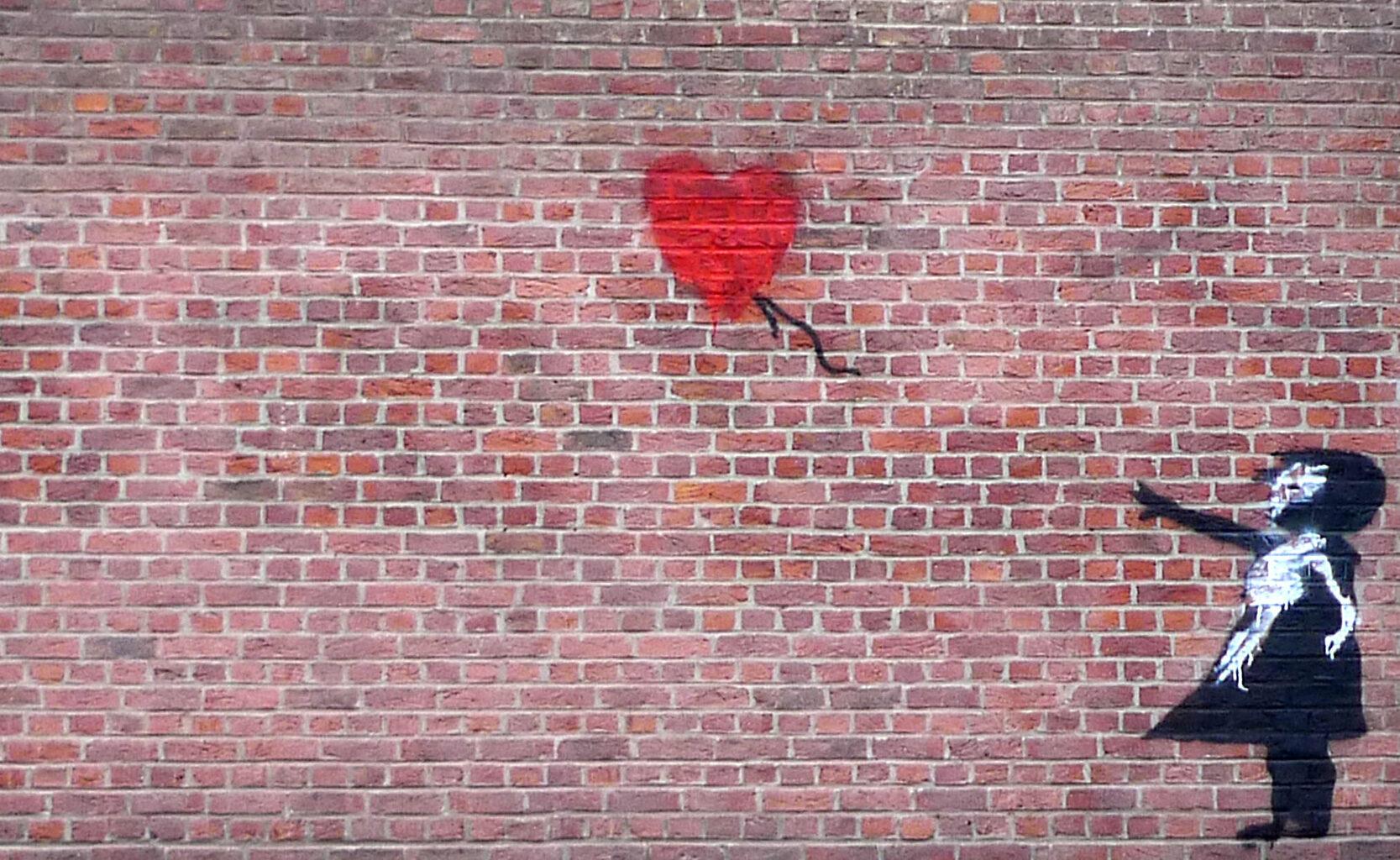 Banksy graffitije egy brüsszeli kerítésen