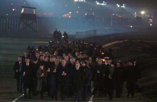 Gyertyás megemlékező menettel érkeztek Andrzej Duda lengyel elnök vezetésével a nemzetek államfői az egykori náci haláltáborba, Auschwitz-Birekenauba, a tábor felszabadításának 75-ik évfordulóján 2020. januás 27-én Fotó:EUROPRESS/Janek Skarzynski/AFP #moszkvater