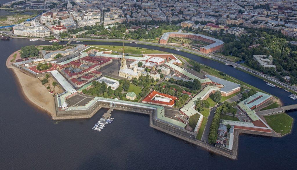 A Péter-Pál erődsziget uralja az északi panorámát, zömök körvonalait katedrálisának karcsú tornya töri meg #moszkvater