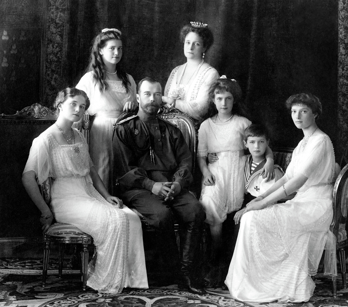 II. MIklós cár és családja 1913-ban. A képen balról jobbra: Olga, Mária, II. Miklós, Alexandra Fjodorovna, Anasztázia, Alekszej és Tatyjána. Fotó:WIKIPÉDIA #moszkvater