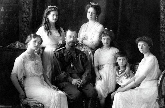 II. MIklós cár és családja 1913-ban. A képen balról jobbra: Olga, Mária, II. Miklós, Alexandra Fjodorovna, Anasztázia, Alekszej és Tatyjána. #moszkvater
