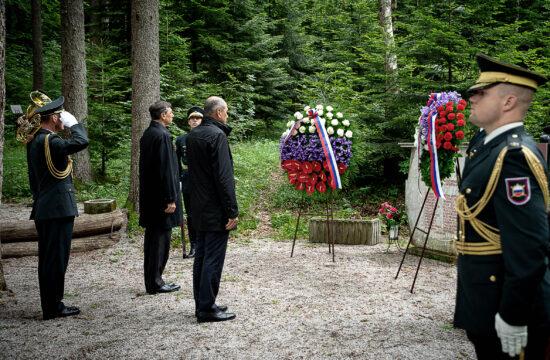 Janez Janša miniszterelnök és Borut Pahor elnök koszorúz a Nemzeti Felszabadítási Háború áldozatainak emlékművénél Smrečjében, Turjak közelében 2020. június 6-án #moszkvater