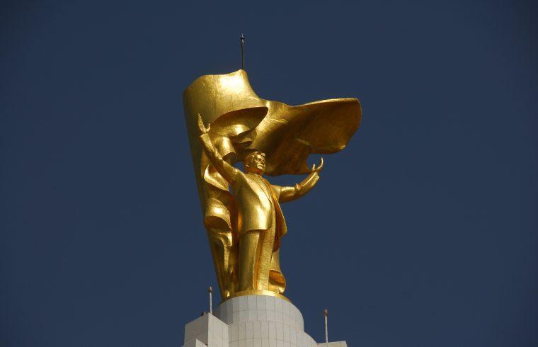 Szaparmurat Niyazov arany szobra Ashgabatban