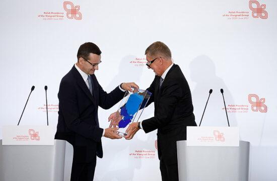 Mateusz Morawiecki jelképesen átveszi a V4-ek elnökségét Igor Matovičtól Varsóban a Visegrádi Csoport miniszterelnökeinek találkozóján 2020. augusztus 3-án #moszkvater