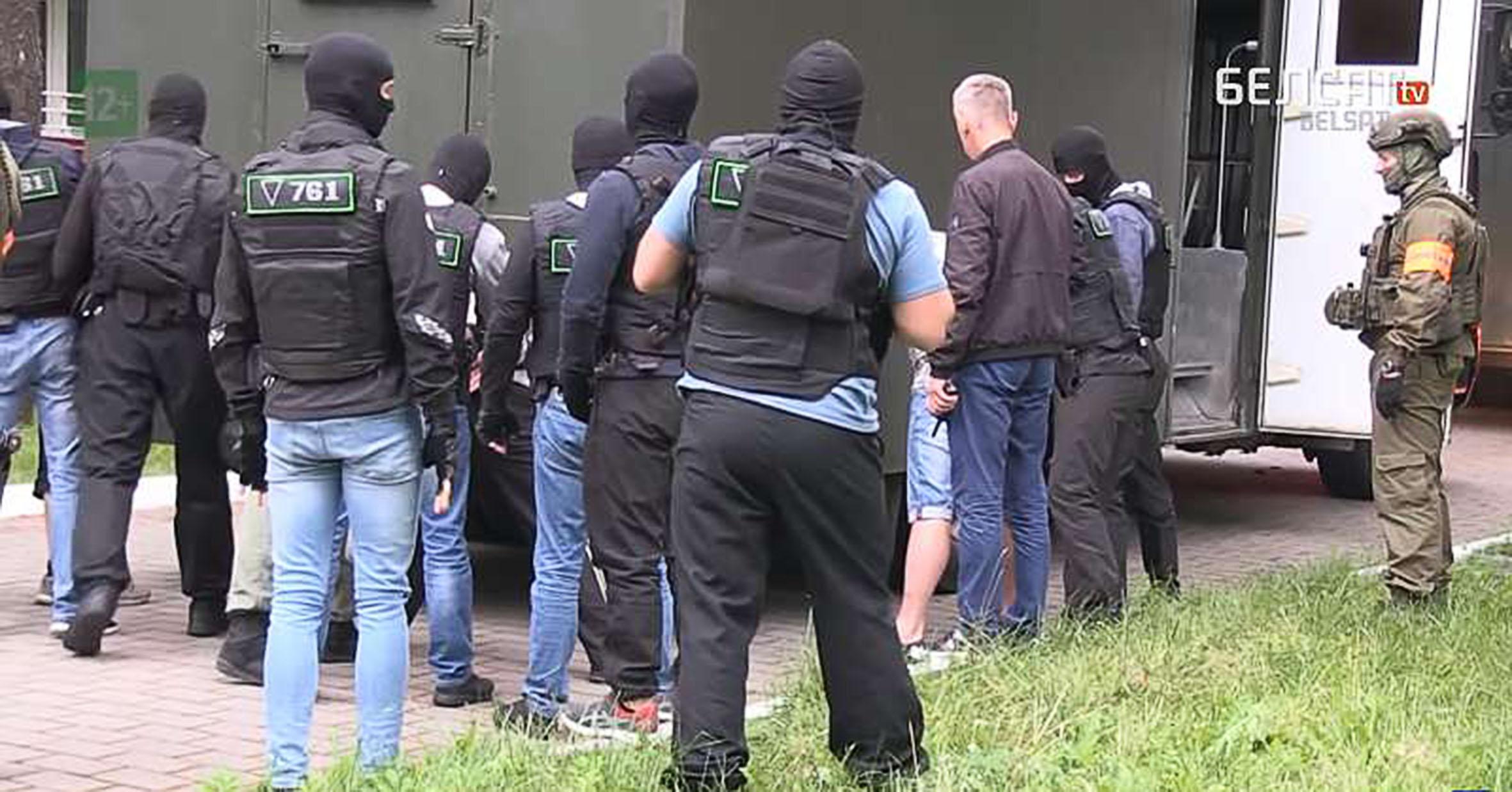 """A Belsat csatorna által közzétett videóról készített képernyőképen a """"wagneresek"""" elfogása látható Minszk közelében #moszkvater"""