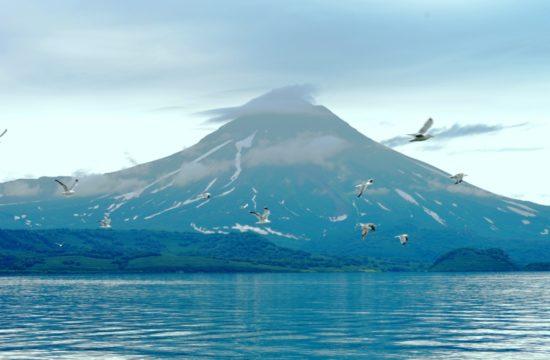 A helikopteres túrán a gépről láthatjuk a gyönyörű, szabályos vulkánokat, és ezt a szép, türkiz színű krátertavat. #moszkvater