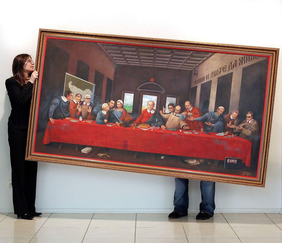 Egy névtelen bolgár festő alkotását teszik falra egy szófiai galéra munkatársai 2007-ben, amely Todor Zsivkovot és a bolgár kommunista párt központi bizottságának tagjait ábrázolja, mint Jézus Krisztus és a 12 tanítvány Leonardo Da Vinci Utolsó vacsora című képén Fotó:EUROPRESS/Boryana Katsarova/AFP #moszkvater