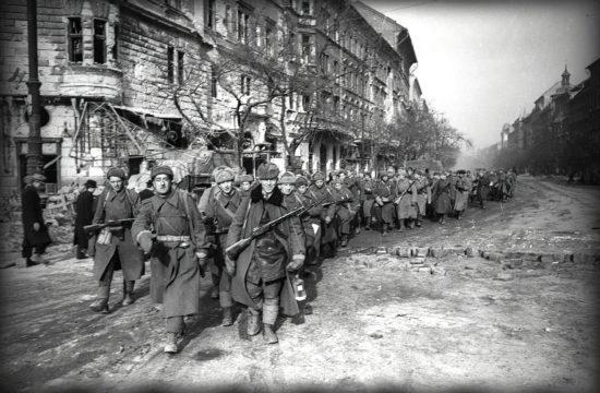 Szovjet katonák menete a József körúton 1945-ben #moszkvater