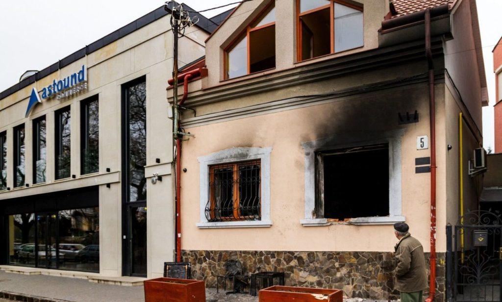 Egy járókelő a KMKSZ felgyújtott és kiégett irodája előtt 2018. február 28-án a kárpátaljai Ungváron Forrás:Facebook #moszkvater