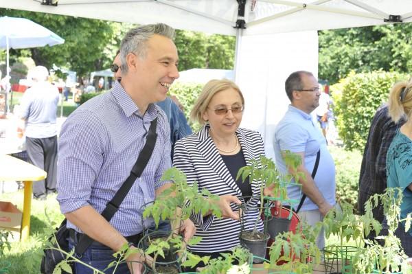 Gajda Péter polgármester és Uljana Bogdanszka Bulgária magyarországi nagykövete együtt osztogatják Kispest lakosságának a paradicsompalántákat #moszkvater