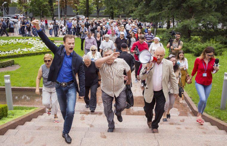 A polgármesterválasztás eredménye miatti tüntetés a chisinaui parlament előtt 2018. július 19-én #moszkvater