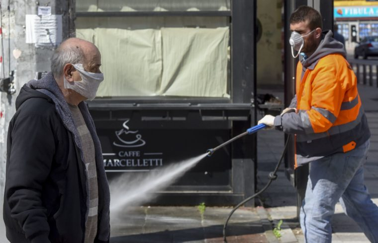 Egy közmunkás fertőtleníti az utcát Szkopje központjában 2020. március 21-én #noszkvater