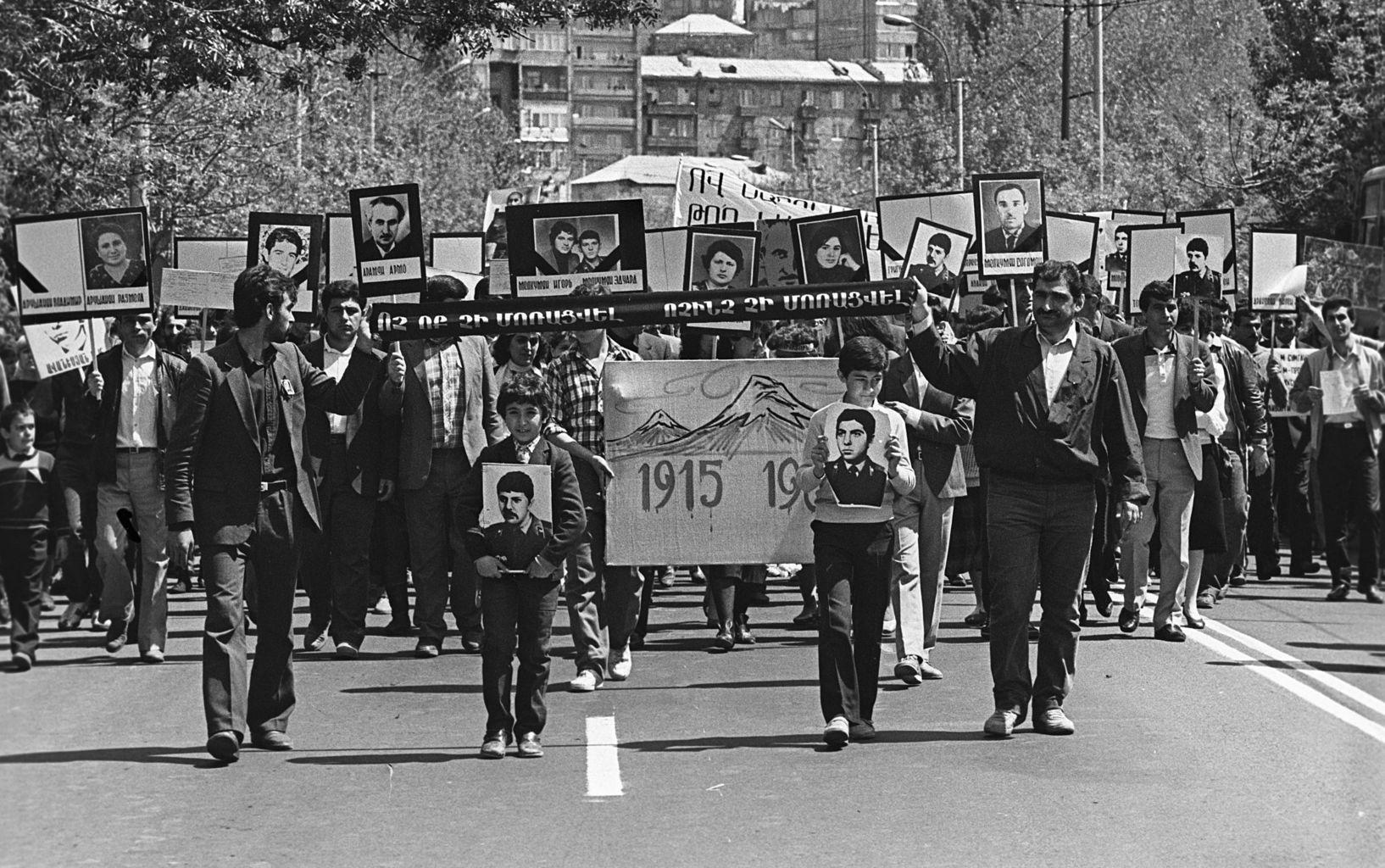 A szumguti pogromra emlékező temetési menet Jerevánban 1988. április 24-én #moszkvater