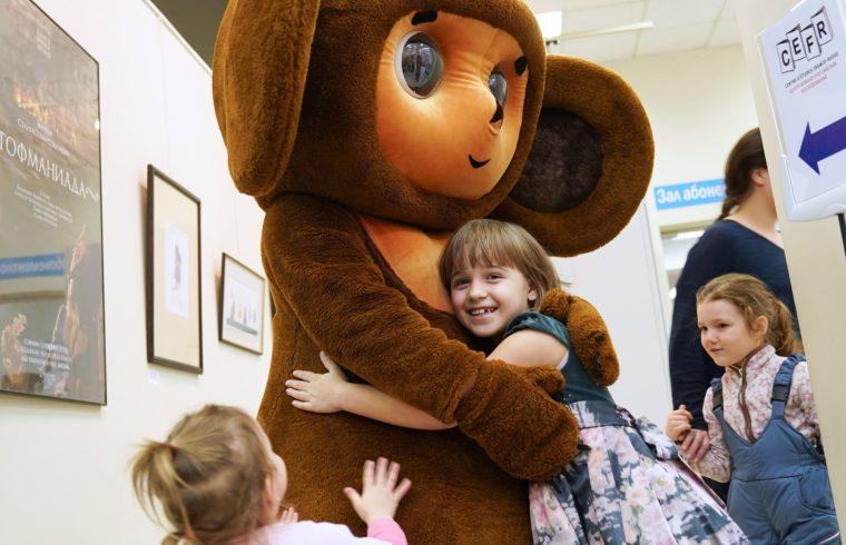 Gyerekek ölelik az életnagyságú Cseburaska babát a Szojuzmultfilm stúdiójában 2017-ben #moszkvater