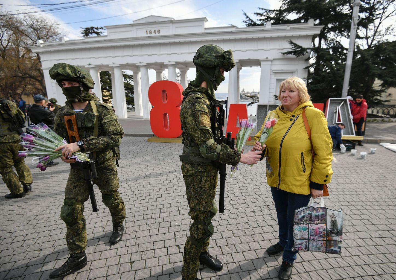 A Fekete-tengeri flotta katonái a nemzetkőzi nőnap alkalmából virágot osztanak a hölgyeknek Szevasztopolban 2020. március 6-án #moszkvater