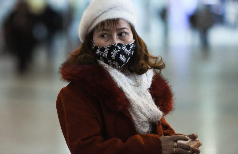 A koronavírus elleni védelem miatt maszkot viselő utas a Seremetyevo repülőtéren Moszkvában 2020. március 13-án #moszkvater