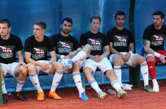 """A grúz bajnokság 19. fordulójában három csapat, a fővárosi Lokomotív, a kutaiszi Torpedo, és a Rusztavi játékosai mezükön azzal a felirattal mentek ki a pályára, hogy """"grúzok vagyunk, és az országunk egy részét megszállta Oroszország"""" #moszkvater"""